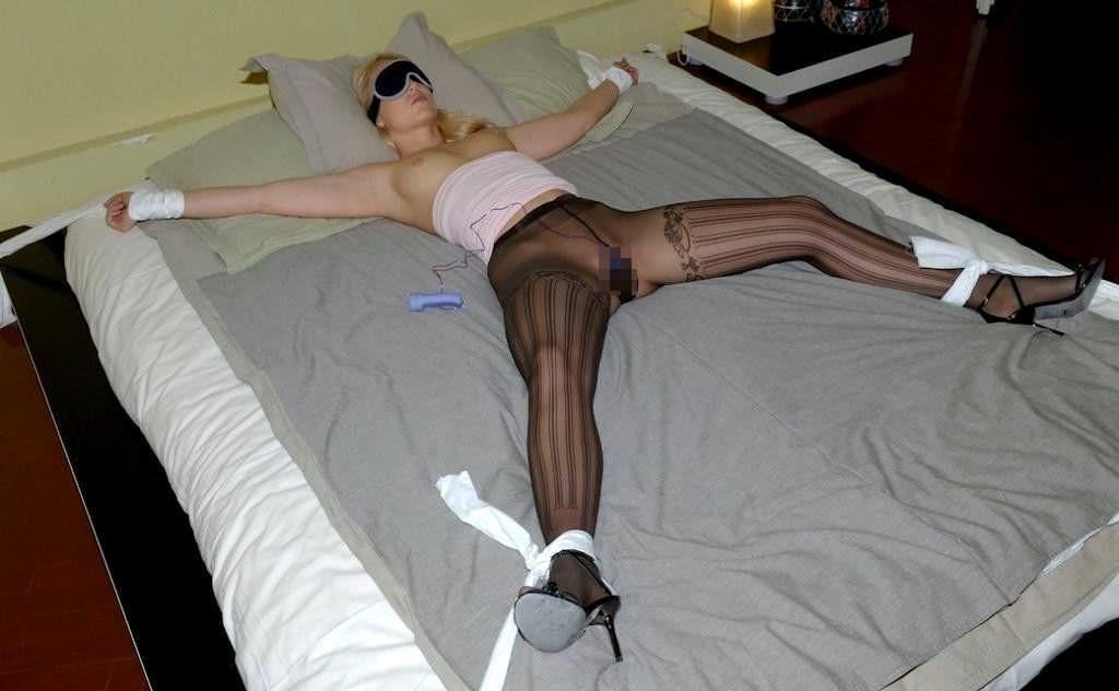 女を調教する為に両手両足を拘束して自由を奪ったSMエロ画像 891