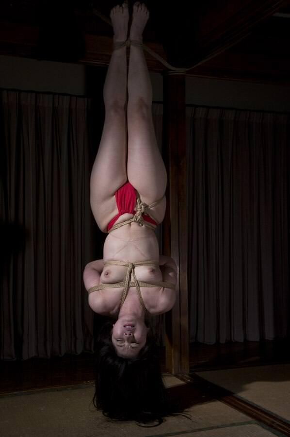 女を縄で縛って逆さ吊り調教したSMエロ画像 982