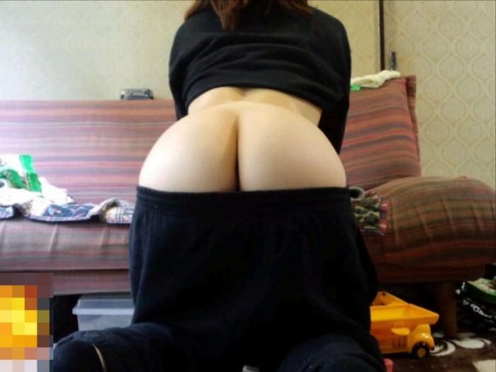 お尻半分にパンツをずらしてオドケル半ケツ女の素人エロ画像 1016