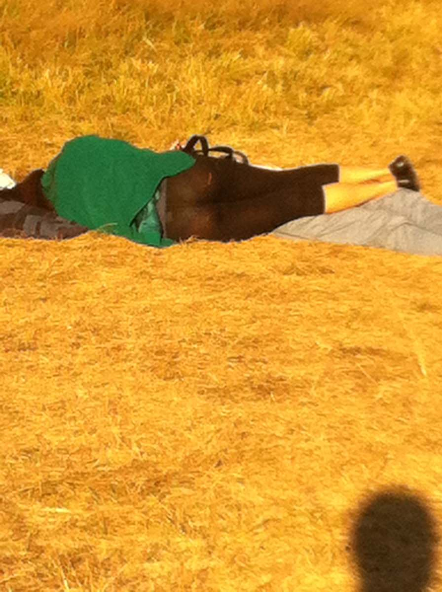 寝転がって日向ぼっこしてる素人お姉さんのパンチラエロ画像 1117