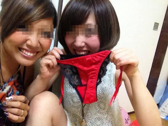 素人女子がプライベートで友達と悪ノリした時のおふざけエロ画像 1142