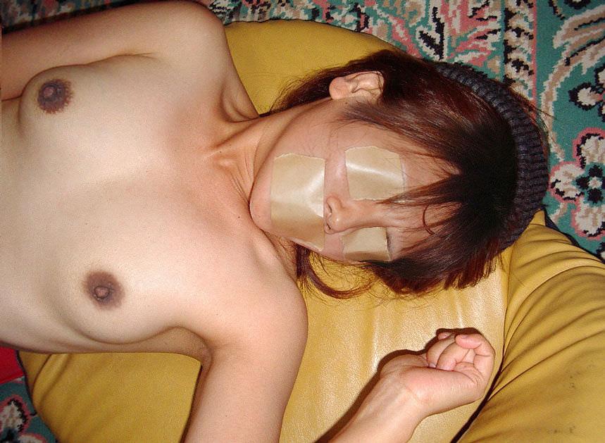 眼や口をガムテープや布で拘束されてるソフトSMエロ画像 119
