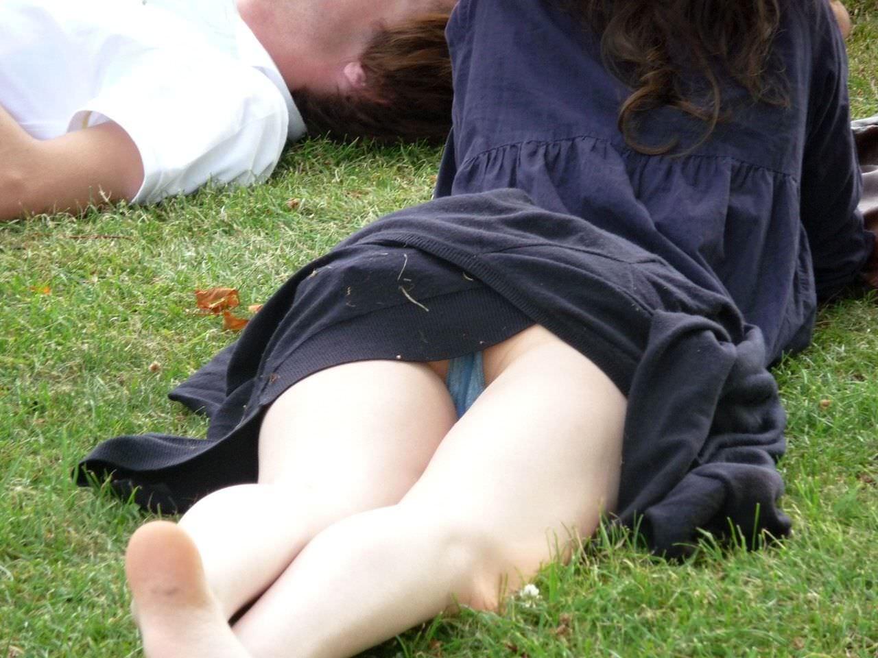 寝転がって日向ぼっこしてる素人お姉さんのパンチラエロ画像 170