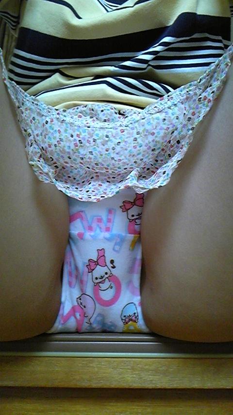 素人ロリ娘が履くような可愛い柄のパンティー履いてる下着エロ画像 2610