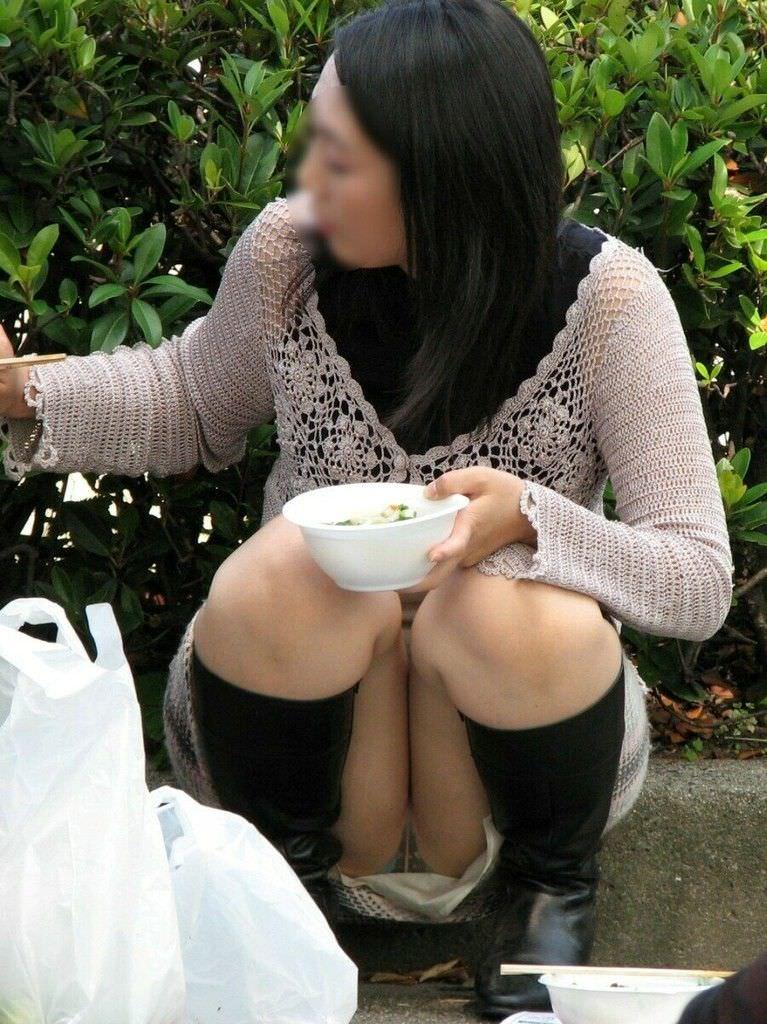 食欲と性欲が共存する食事中の露出素人エロ画像 730