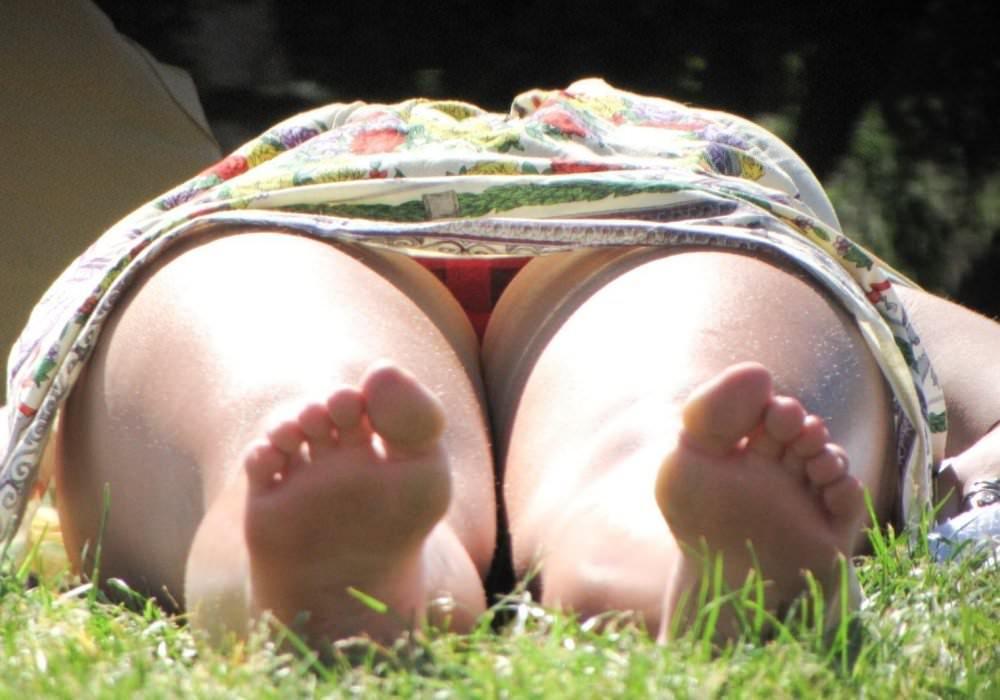 寝転がって日向ぼっこしてる素人お姉さんのパンチラエロ画像 913