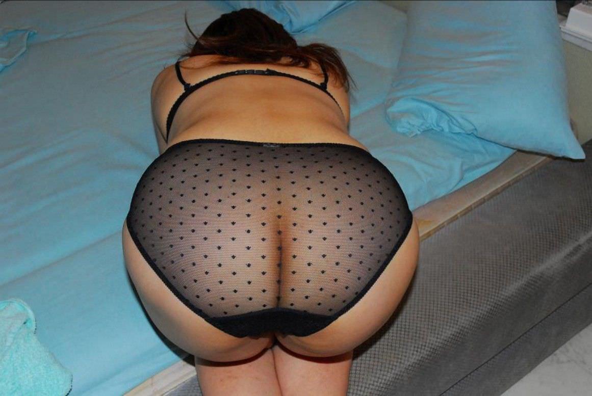 透けるパンツのお尻の割れ目が可愛いお姉さんの素人エロ画像 919
