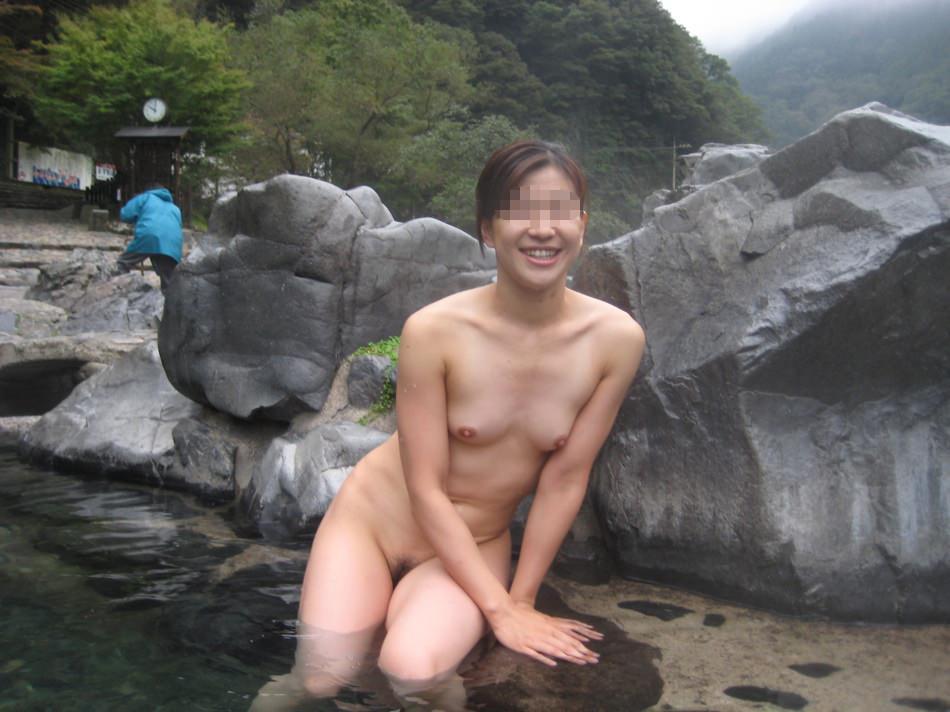 スッポンポンの素人女子が温泉でスケベな肉体を撮影wwww露出エロ画像 1030