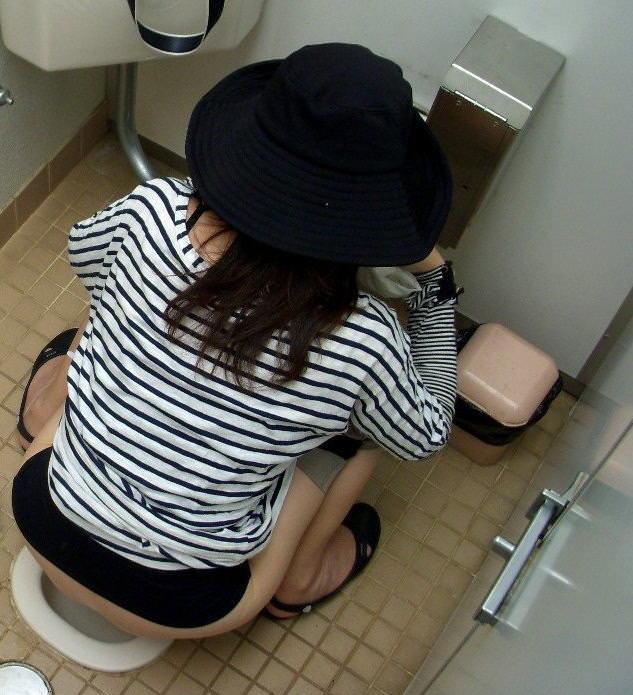 女子トイレの天井に設置された隠しカメラでオシッコ盗撮www素人エロ画像 1044