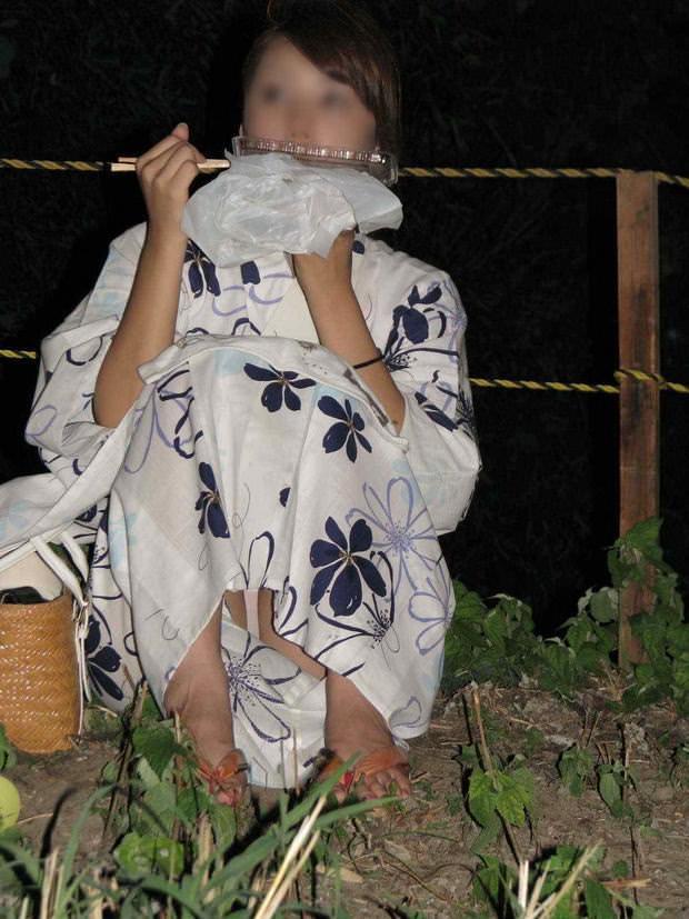 浴衣姿がエロ可愛いのにパンチラまで見せつけるwww街撮りエロ画像 1123