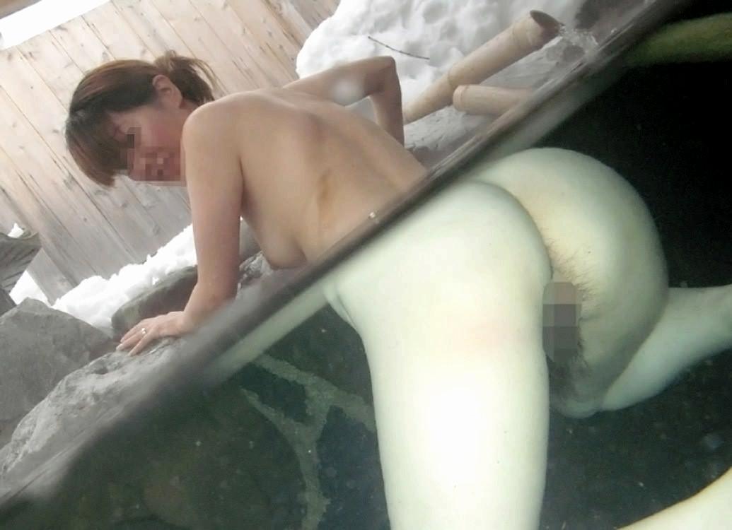 スッポンポンの素人女子が温泉でスケベな肉体を撮影wwww露出エロ画像 1138