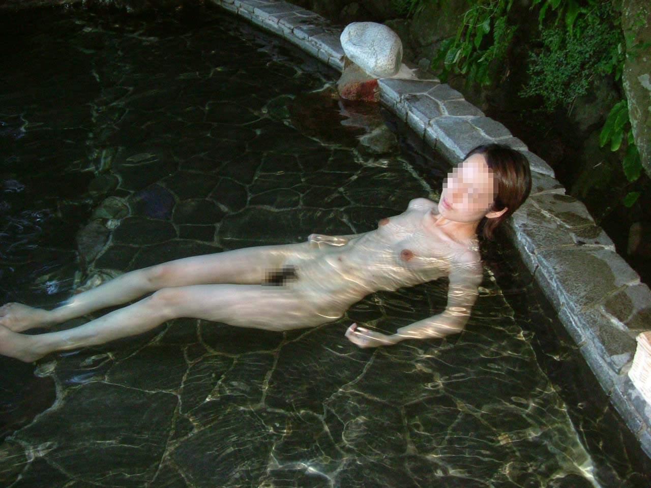 スッポンポンの素人女子が温泉でスケベな肉体を撮影wwww露出エロ画像 1139