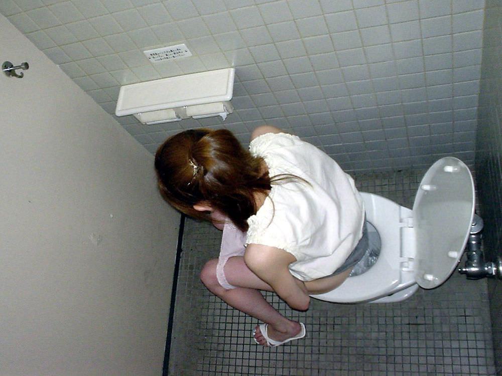 女子トイレの天井に設置された隠しカメラでオシッコ盗撮www素人エロ画像