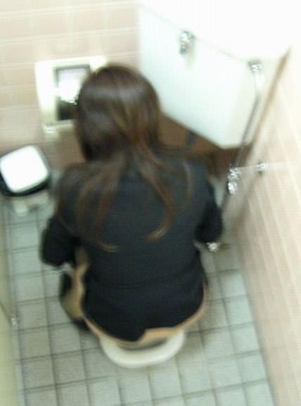 女子トイレの天井に設置された隠しカメラでオシッコ盗撮www素人エロ画像 1167