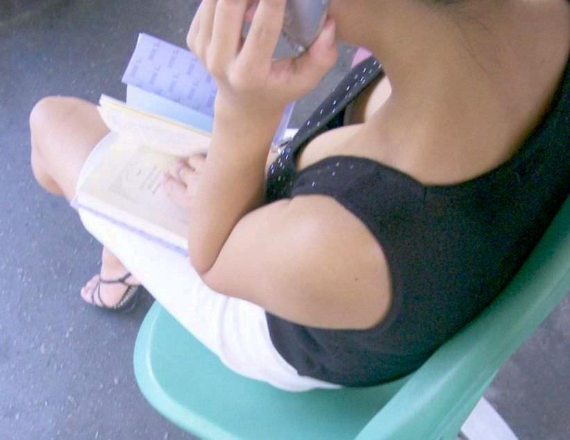 バレない角度から素人女子の胸チラ凝視wwww街撮りエロ画像 1178