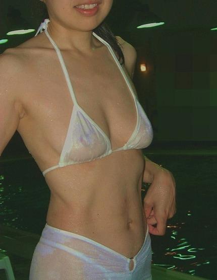 マン毛と乳首が水着に透けてるのに気づかない女子wwwの素人エロ画像 1227