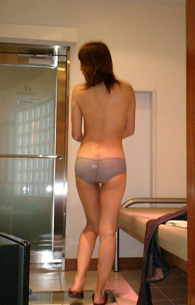 カメラの存在に気づいてない彼女www背中を勝手に撮影しちゃった素人エロ画像www 1233