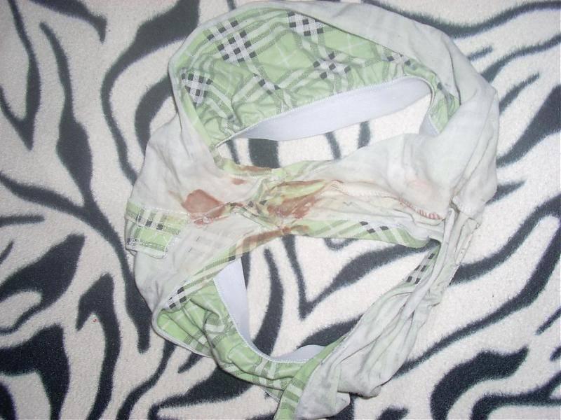 生理の女の子の生臭い血がパンツに染み付いてる素人エロ画像 128
