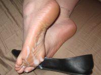 女の臭い足にザーメンぶっかける足フェチ素人エロ画像