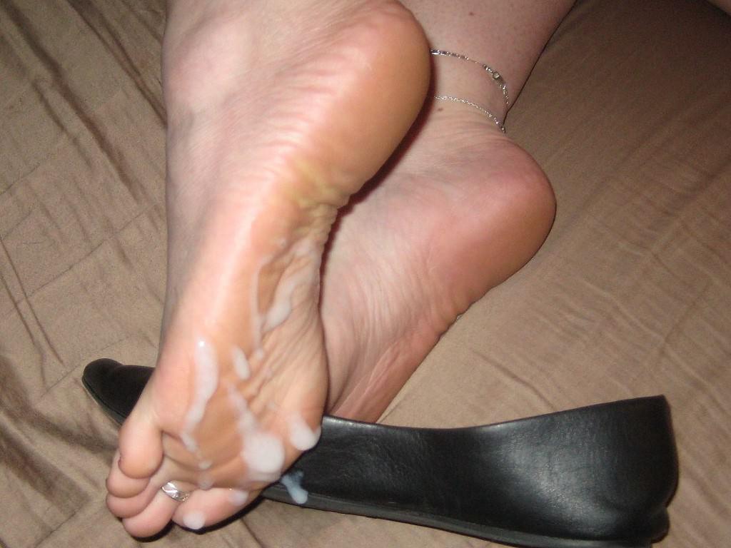 女の臭い足裏にザーメンぶっかけwww足フェチ素人エロ画像どんだけ~www 130