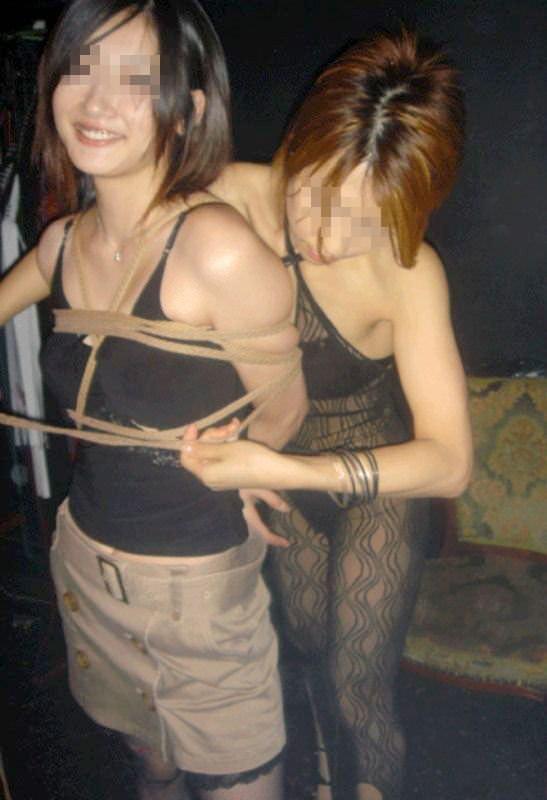 陰湿な女子会!ムカつく友達を拘束してレズ調教wwwSMエロ画像 1322