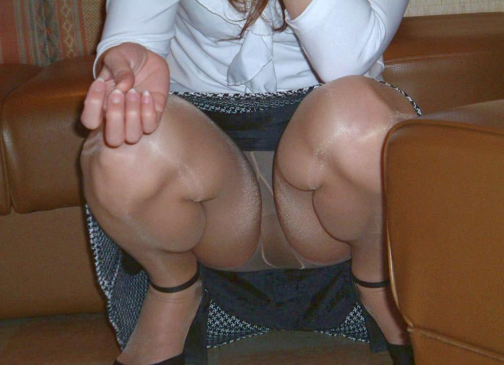 しゃがみパンチラした時に女性器がぷっくり膨らんでる素人エロ画像 150