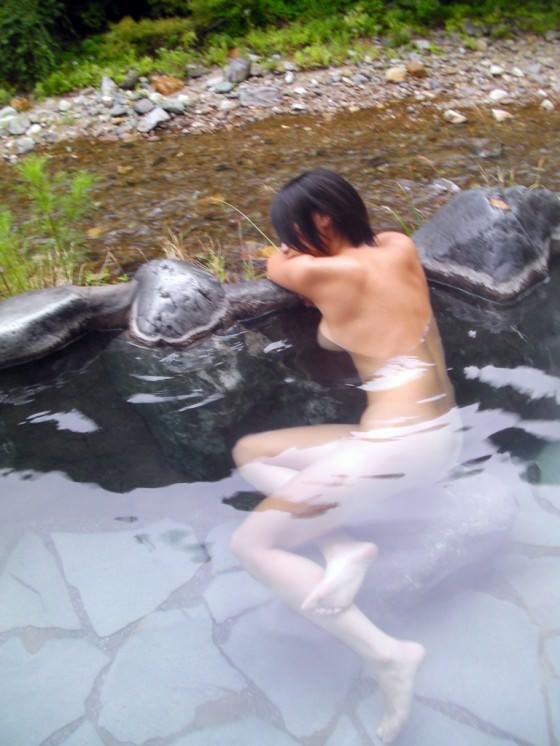 スッポンポンの素人女子が温泉でスケベな肉体を撮影wwww露出エロ画像 1530