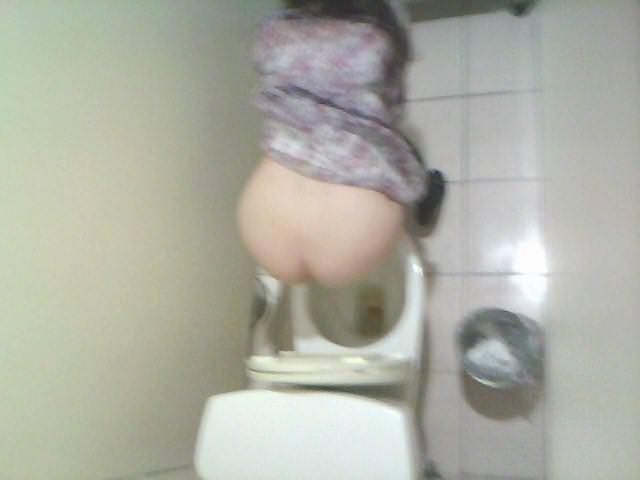 女子トイレの天井に設置された隠しカメラでオシッコ盗撮www素人エロ画像 1544