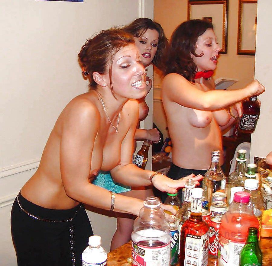 酔っ払った海外素人娘たちのおっぱい祭りとおふざけ乳首wwwのエロ画像 156