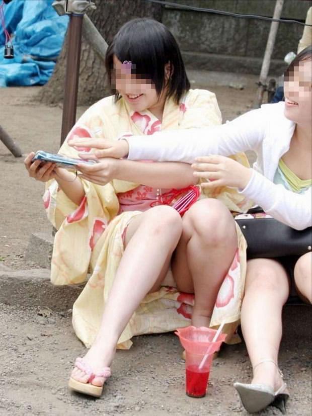 浴衣姿がエロ可愛いのにパンチラまで見せつけるwww街撮りエロ画像 1618
