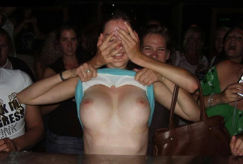 酔っ払った海外素人娘たちのおっぱい祭りとおふざけ乳首wwwのエロ画像 166