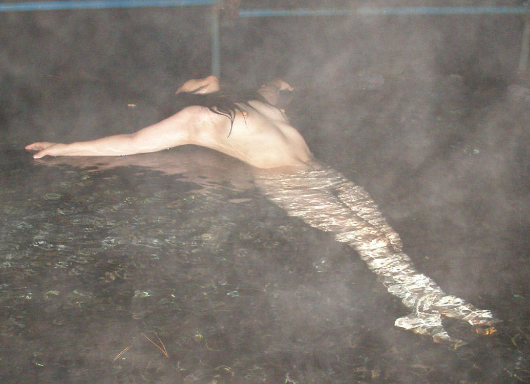 スッポンポンの素人女子が温泉でスケベな肉体を撮影wwww露出エロ画像 1927