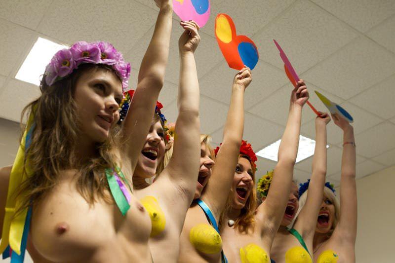 酔っ払った海外素人娘たちのおっぱい祭りとおふざけ乳首wwwのエロ画像 205