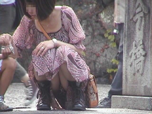 しゃがみパンチラした時に女性器がぷっくり膨らんでる素人エロ画像 209