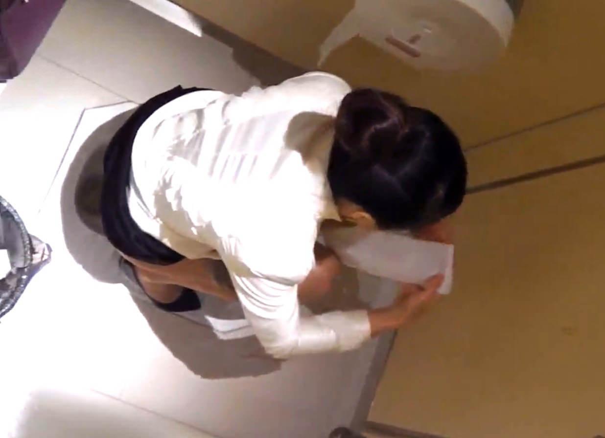 女子トイレの天井に設置された隠しカメラでオシッコ盗撮www素人エロ画像 2154