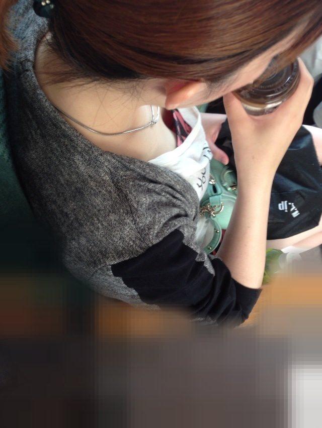 バレない角度から素人女子の胸チラ凝視wwww街撮りエロ画像 2166