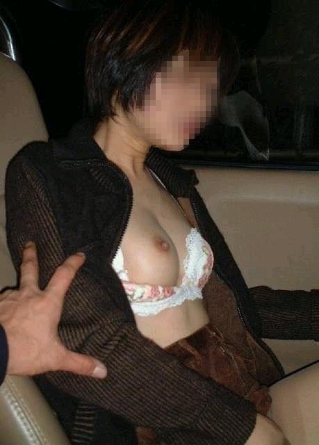 彼氏が彼女に車内で変態命令! → おっぱい露出する素人エロ画像 2215
