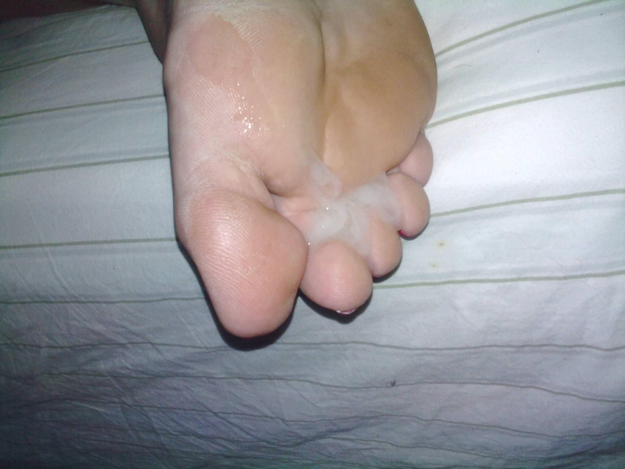 女の臭い足裏にザーメンぶっかけwww足フェチ素人エロ画像どんだけ~www 227