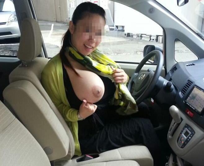 彼氏が彼女に車内で変態命令! → おっぱい露出する素人エロ画像 2313