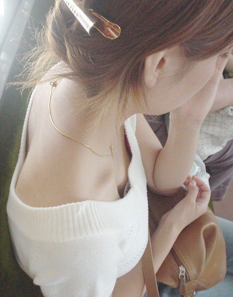 バレない角度から素人女子の胸チラ凝視wwww街撮りエロ画像 2341
