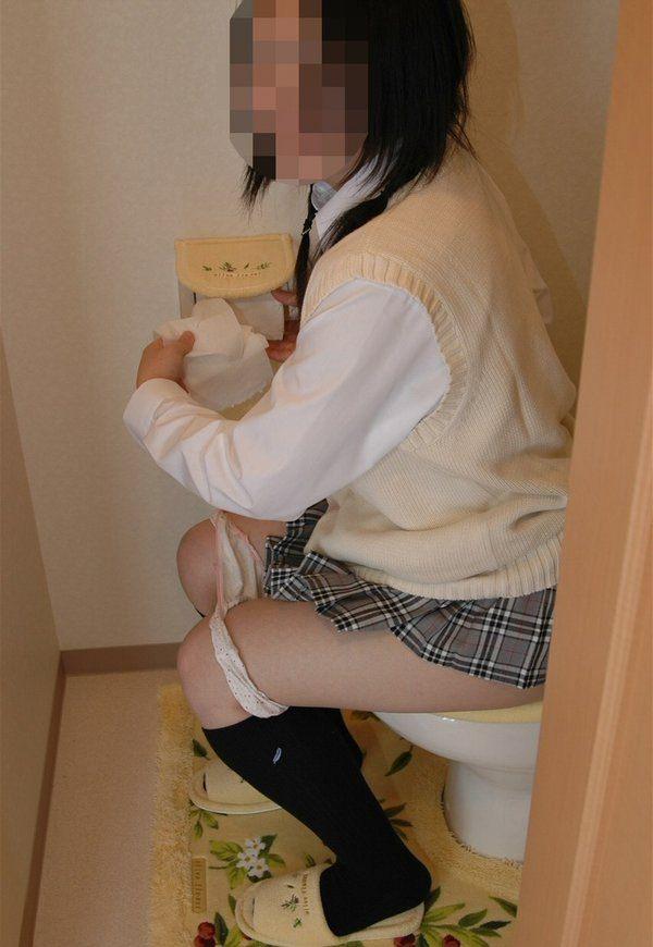 小便中の女の子が無防備で可愛いwwwティッシュでおまんこ拭う放尿エロ画像 2416