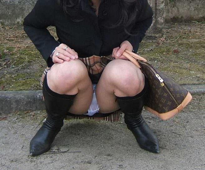 しゃがみパンチラした時に女性器がぷっくり膨らんでる素人エロ画像 246