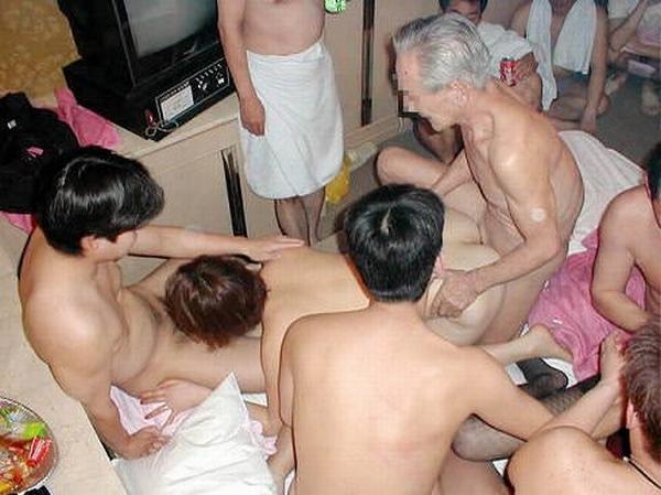 セックス好きの男女が集まってパコりまくるwww素人の乱交エロ画像 2520
