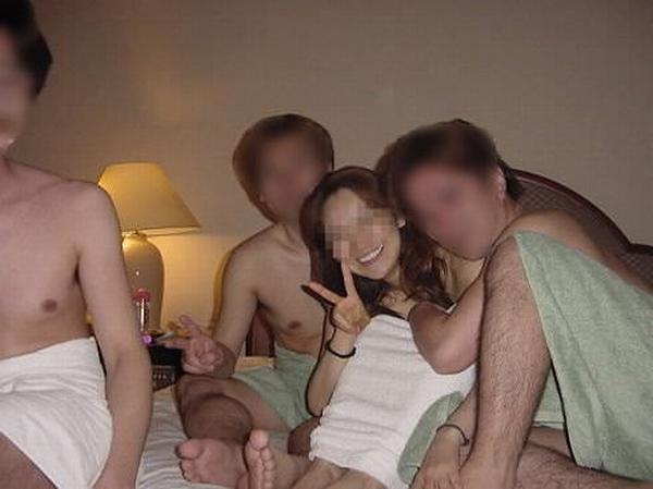 セックス好きの男女が集まってパコりまくるwww素人の乱交エロ画像 2717