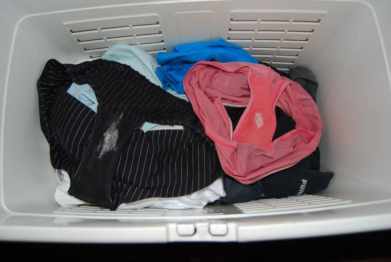 洗濯前の彼女の汚パンティーwwwクロッチにねっとりオリモノが付着した素人の下着エロ画像 2912