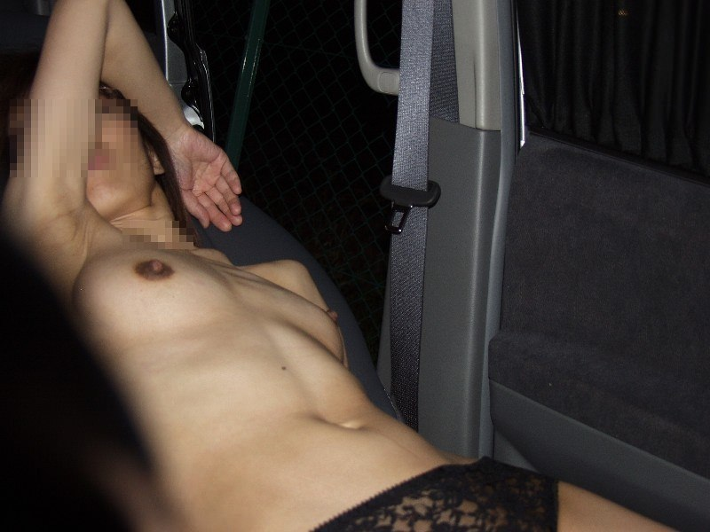 彼氏が彼女に車内で変態命令! → おっぱい露出する素人エロ画像 3112
