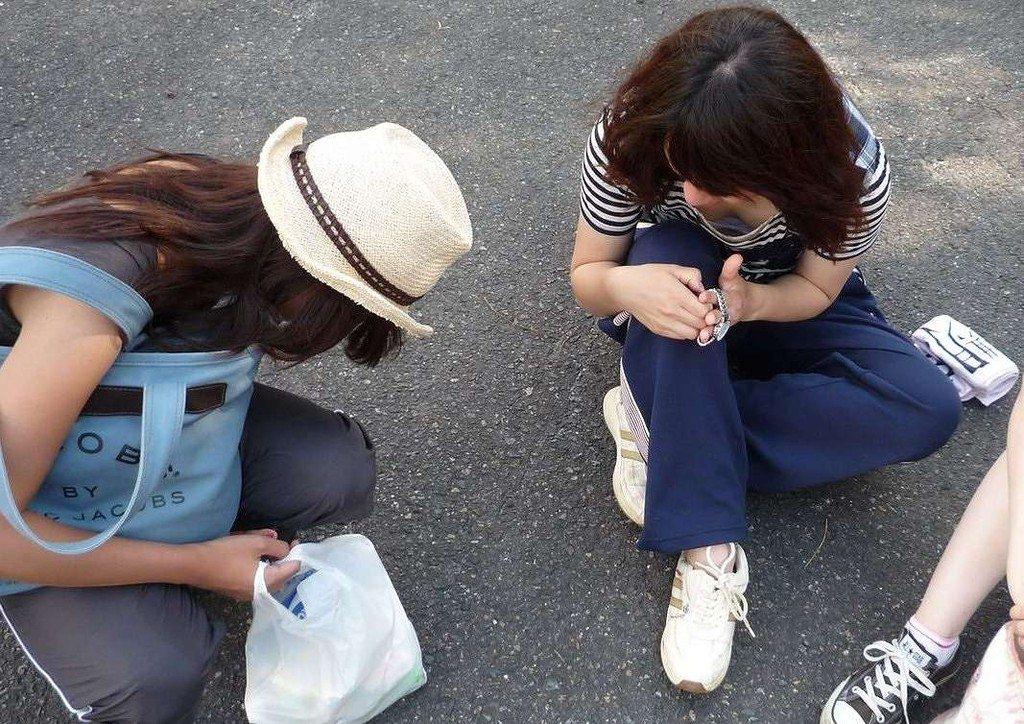 バレない角度から素人女子の胸チラ凝視wwww街撮りエロ画像 3217