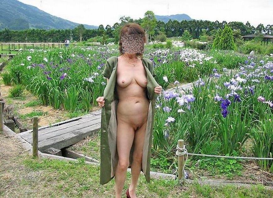 射精管理が上手そうな素人お姉さんの野外露出エロ画像 337