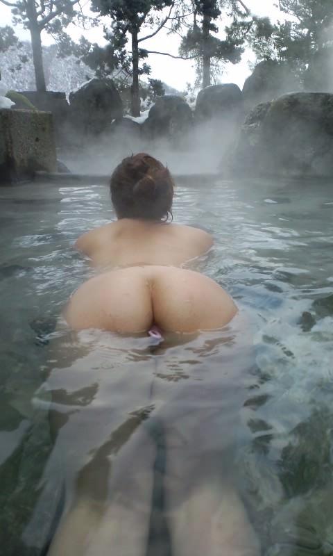 スッポンポンの素人女子が温泉でスケベな肉体を撮影wwww露出エロ画像 346