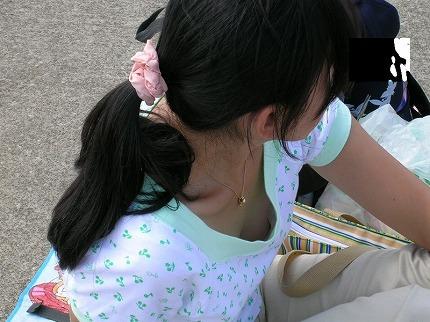 バレない角度から素人女子の胸チラ凝視wwww街撮りエロ画像 376